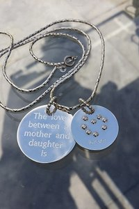 Zilveren hanger, the love between a mother and daughter is forever
